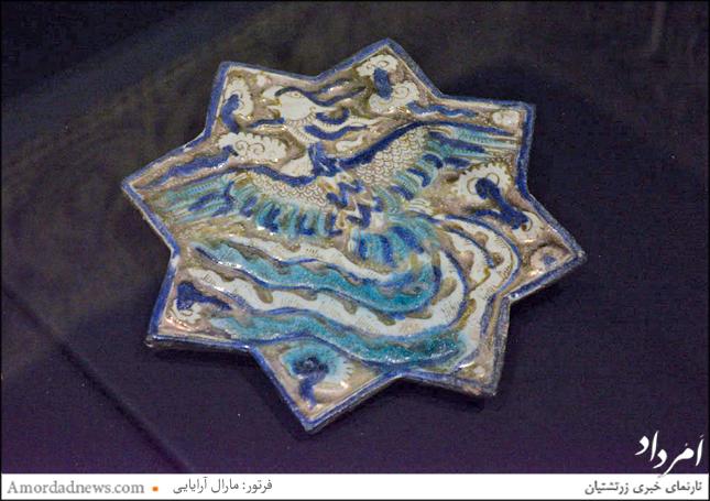 کاشی زرین فام یافت شده از کاشان به سال 670 مهی، نگاره سیمرغ