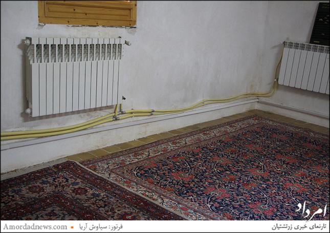 لولههای گاز در درون یکی از اتاقهای اصلی آرامگاه توی ذوق گردشگران میزند