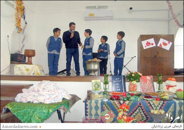 فرزاد شهریارفر با اجرای مسابقه در میان دانشآموزان به شادی جشن شب چله افزود