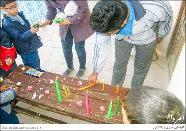 دانشآموزان به نشانهی برآورده شدن آرزوها شمعی روشن کردند
