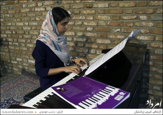نوازندگی پیانو از سوی روژان هماوندی در برنامهی گرامیداشت روز جهانی ادبیات کودک و نوجوان در خانهی فرهنگ و هنر زرتشتیان