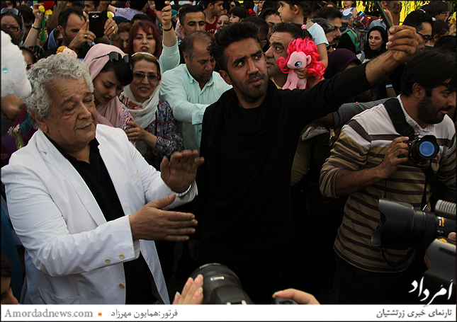 رضا فیاضی در جمع گروه استان خوزستان به پایکوبی و همراهی عروسک گردانها پرداخت