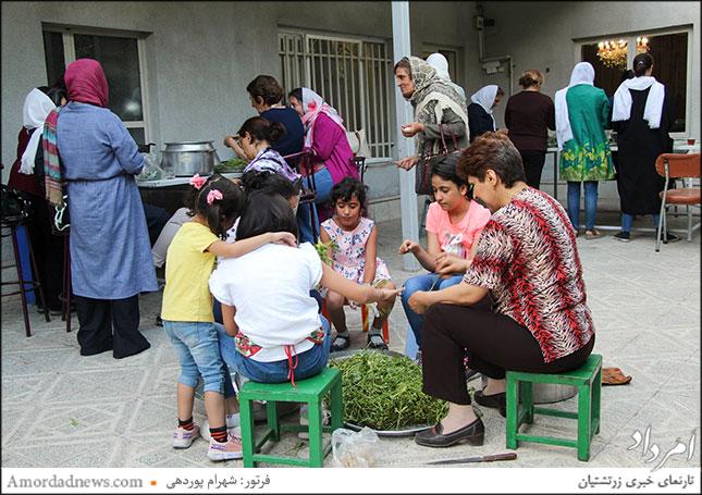 پاک کردن سبزی آش جشن مهرگان توسط دانشآموزان و آموزگاران کلاسهای دینی