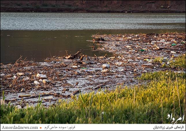 آشغال در دریاچه