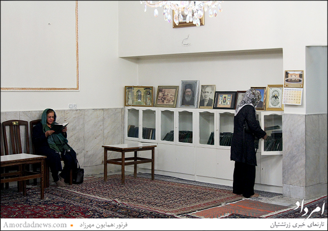 قفسه های کتاب اوستا و عکسهای خیراندیشان در نیایشگاه مارکار