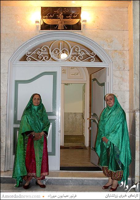 پوشش سنتی زنان زرتشتی در ورودی شاهورهرام ایزد مارکار