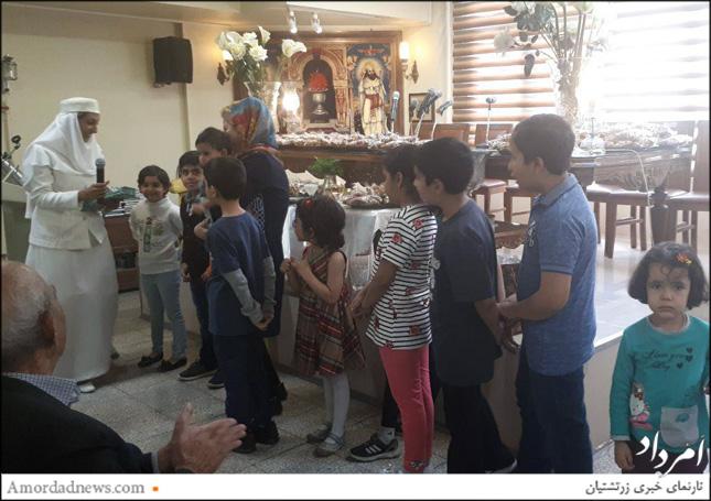 موبد سرور تاراپوروالا برای تشویق کودکانی که در این آیین شرکت کردهبودند به آنان پیشکشی داد