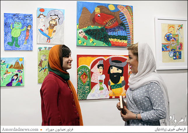 نفر سمت راست نمایشگاه گردان این رویداد فرهنگی و هنری نازنین مهرعلی است