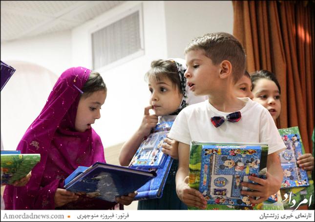 به همهی نونهالان مهدکودک یسنا به رسم یادبود پیشکشهایی داده شد