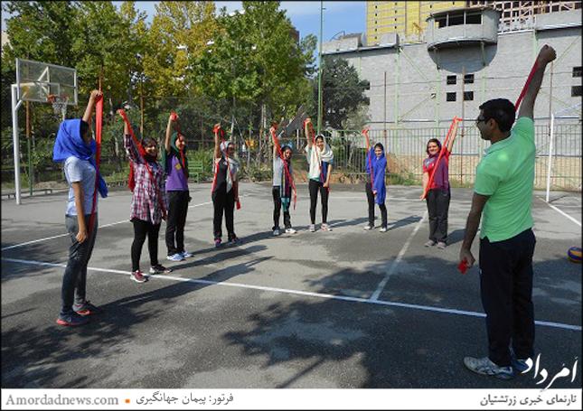 انجام ورزش کششی با کش به سرپرستی آقای نجمیزاده