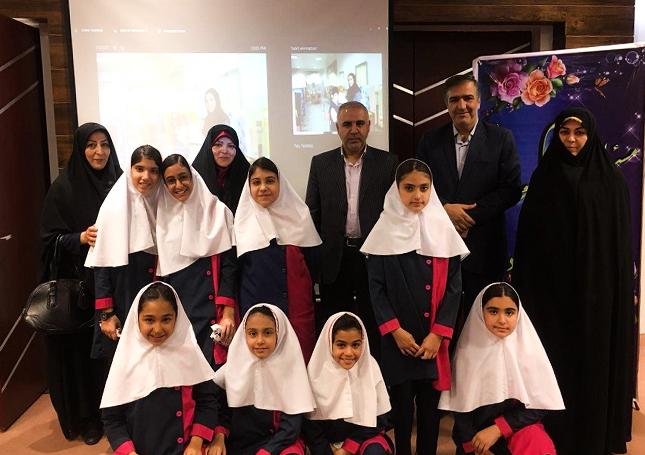 دختران برگزیدهی دبستان گیو و مسوولان منطقهی شش آموزش و پرورش و کادر آموزشی