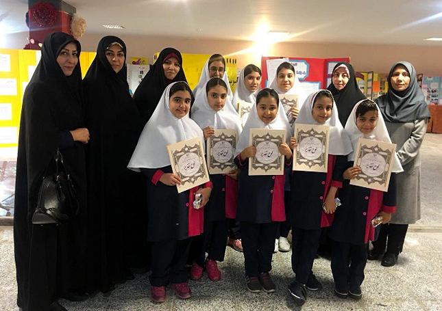 برگزیدگان همایش رشد پویا از دبسان دخترانهی گیو در کنار کادر آموزشی این آموزشگاه زرتشتی