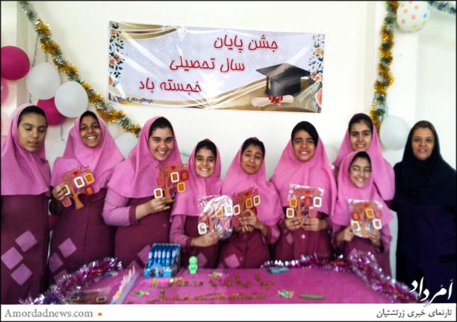 مینا خاوریان، مدیر دبستان مارکار یزد در کنار دانشآموزان