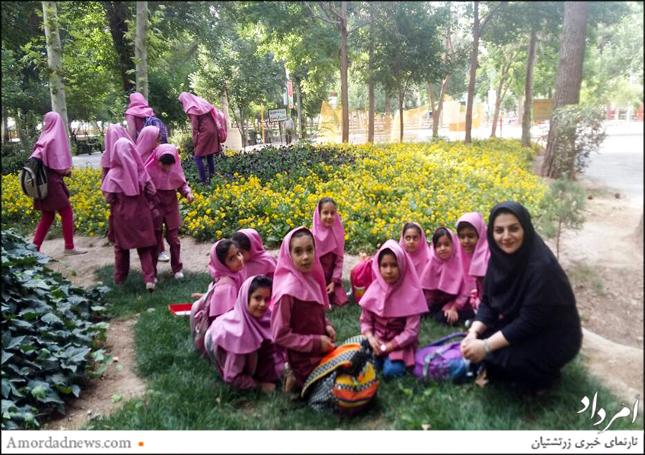 دختران دبستان مارکار در کنار آموزگار