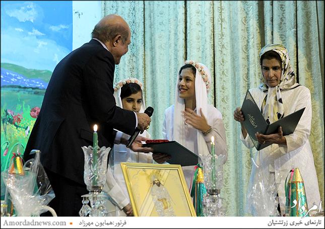 پیشکش هدیه از سوی انجمن موبدان تهران به نوبسته کُشتیان