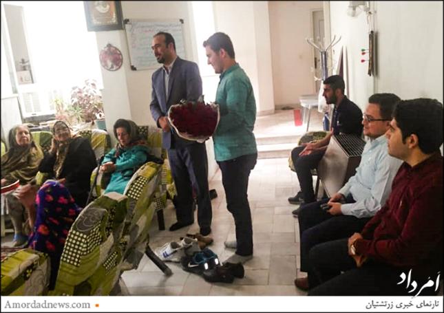 دانشجویان پرستاری به همراه استاد و مربی شاخه گل به سالمندان این مرکز پیشکش کردند