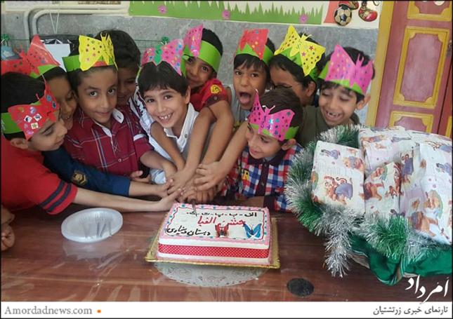 دانشآموزان به خجستگی یادگیری الفبا کیک بریدند