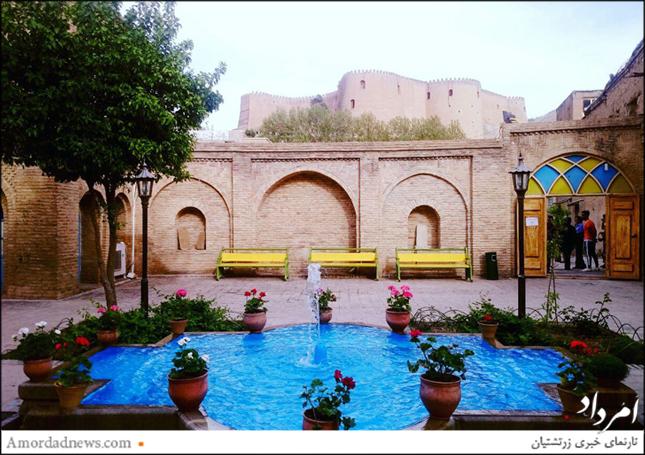 خانهی گردشگری در گوشهی باختری دژ شاپورخواست جای دارد