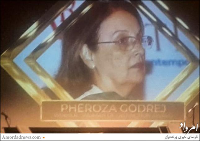 جایزهی زن زرتشتی برتر به فیروزه گودریج از بمبیی پیشکش شد