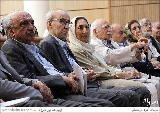 چهره دوم از چپ:دکترعلی اشرف صادقی دانشمند زبان شناس