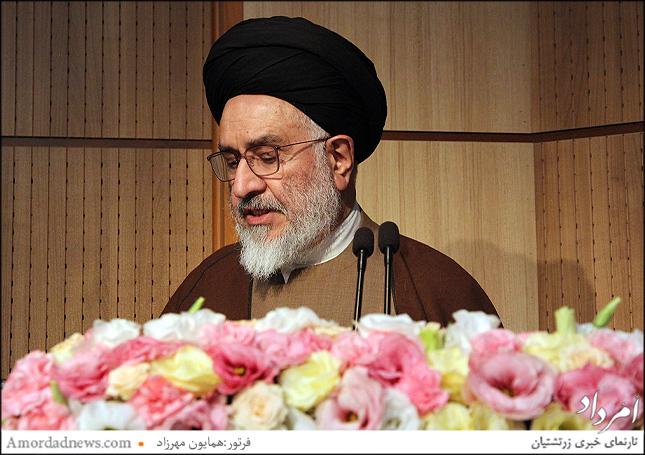 آیت الله محقق داماد زندگینامه دکتر علی اشرف صادقی را بیان کرد در کتابی که بنیاد افشار به چاپ رسانده است
