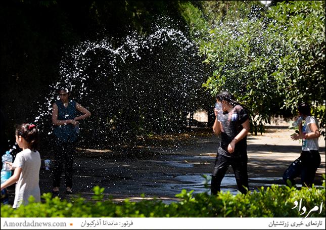 با فرارسیدن تابستان و گرما آب بازی بخشی از سرگرمی دانشآموزان شد