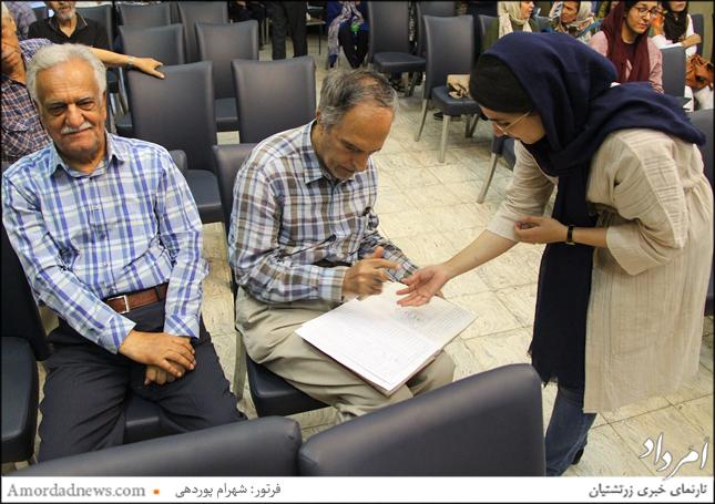 امضای صورتجلسه توسط باشندگان در پایان مجمع عادی سالیانه