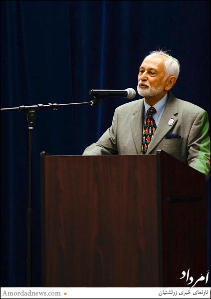 همی گاندی فرنشین فزانا (فدراسیون انجمن های زرتشتی آمریکای شمالی) در آیین بازگشایی تالار انجمن زرتشتیان ساکرامنتو سخنرانی کرد