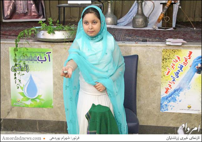 خواندن چکامه و خارج کردن نشانهها از دوله (کوزهی سبز) توسط دوشیزگان سنتی پوش در جشن تیرگان شیراز