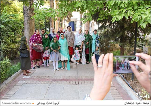 خارج کردن کوزه چک و دوله از زیر درخت با شادی و نواختن اَرَبونه در جشن تیرگان شیراز