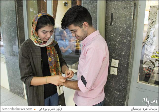بستن دستبند تیر و باد با یاد آزوهای نیک به دستان باشندگان جشن تیرگان شیراز