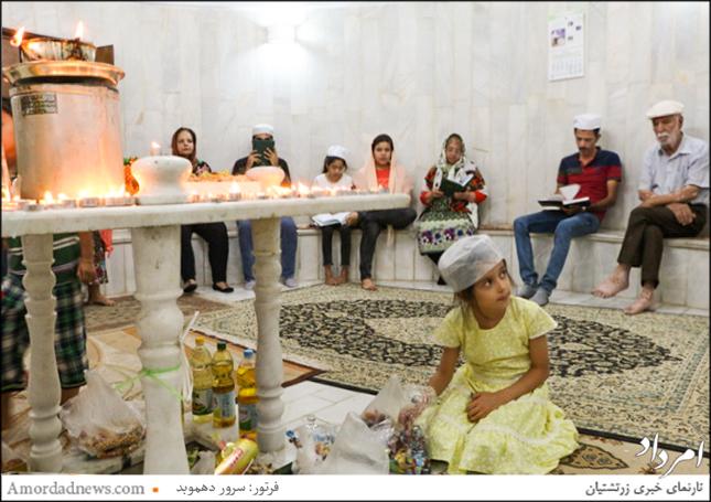 گروهی از زرتشتیان در حال نیایش درون پیرانگاه پارس بانو