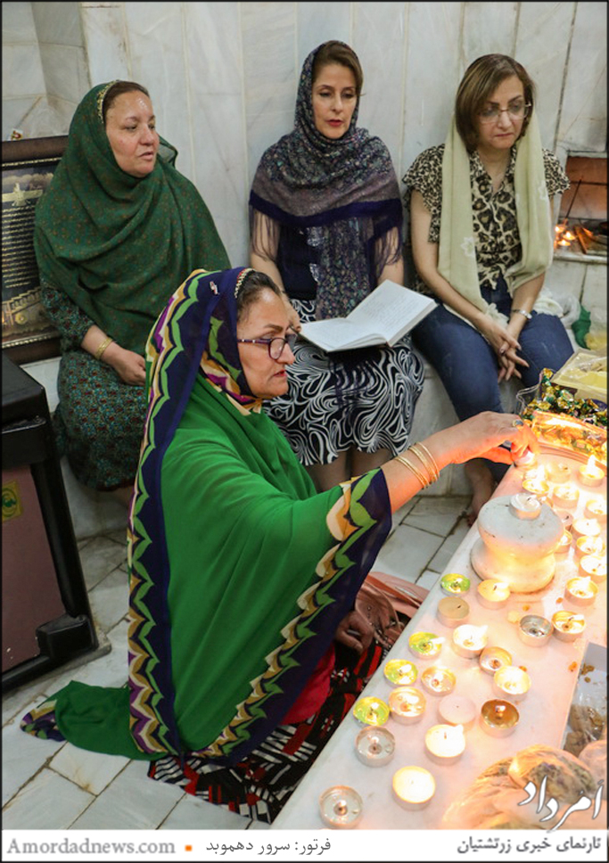 روشن کردن شمع در حال نیایش درون پیرانگاه پارس بانو