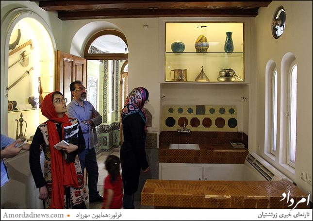 تالار زیرین برج شامل پوشاک و اشیای هنری