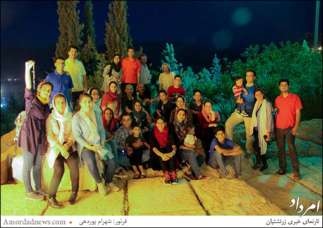 زرتشتیان شیراز برای به باد دادن دستبندهای تیر و باد بر فراز کوهپایه ایستادند