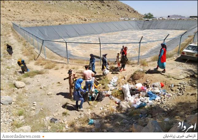 رفتگران طبیعت استان یزد در پاکسازی برفخانهی تزرجان