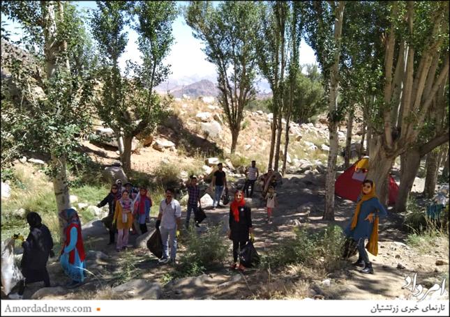 رفتگران طبیعت استان یزد در حال پاکسازی برفخانهی تزرجان