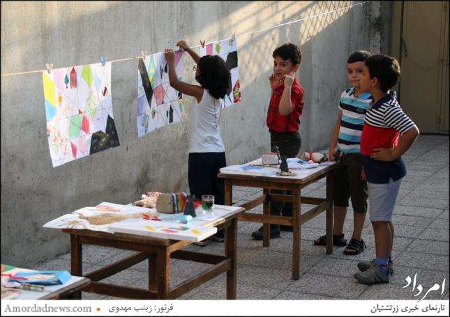 نمایش نقاشیهای کودکان در حیاط خانهی فرهنگ و هنر زرتشتیان