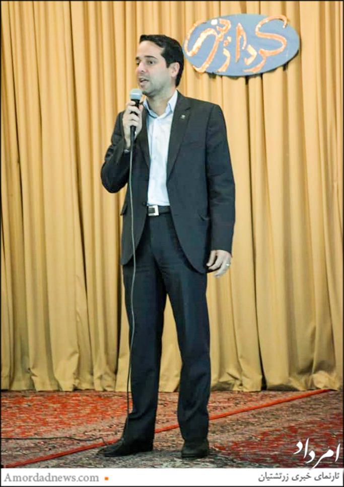 شهرام پوردهی، هموند انجمن زرتشتیان شیراز برای باشندگان اردوی کنکوریهای زرتشتی سخنرانی کرد