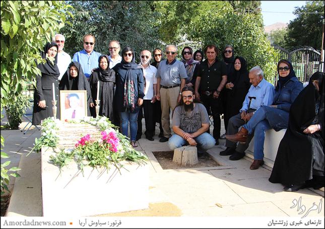 در پایان برخی از دوستداران فرهنگ ایرانی با خانواده استاد شهبازی نگاره یادگاری گرفتند