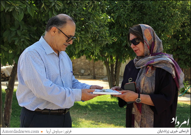 دکتر محمدجعفرملک زاده، نویسنده و پژوهشگر شیرازی کتاب خود را به خانواده بزرگ شهبازی پیشکش کردند