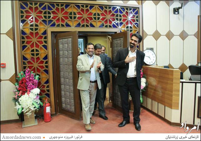 لحظهی ورود سپنتا نیکنام به همراه غلامعلی سفید، رییس شورای شهر یزد به صحن شورا