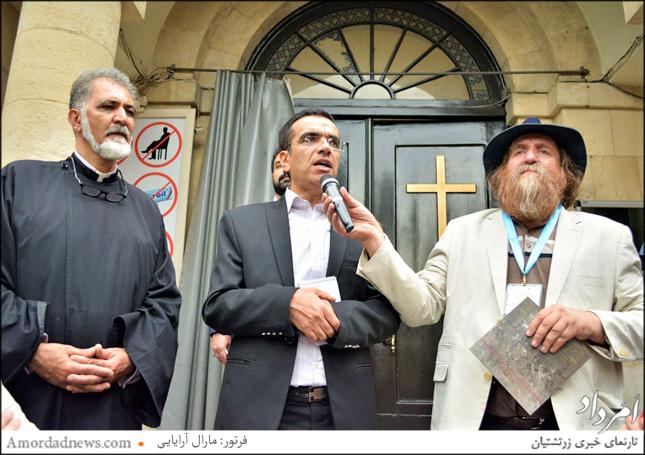 از راست به چپ: احمد محیط طباطبایی، مترجم ، کشیش کلیسا حضرت مریم