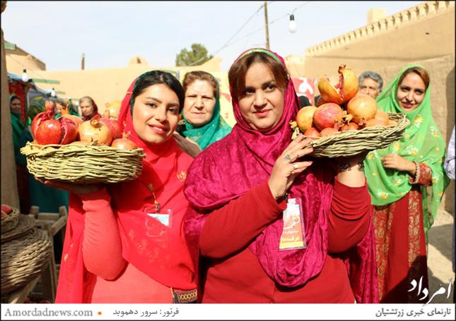 شماری از بانوان زرتشتی با پوشش سنتی در جشنواره انار روستای مبارکه یزد شرکت کردند