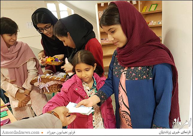 فروش دست سازه ها ی دانش آموزان و دریافت بن تخفیف برای انتشارات مهروماه در نمایشگاه کتاب تهران