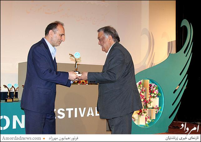 دریافت لوح سپاس از سوی دکتر حسینی به دکتر ایرج نوروزیان استاد برجسته دانشگاه تهران