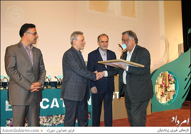 دریافت سپاس نامه از سوی دکتر نیلی ریاست دانشگاه تهران