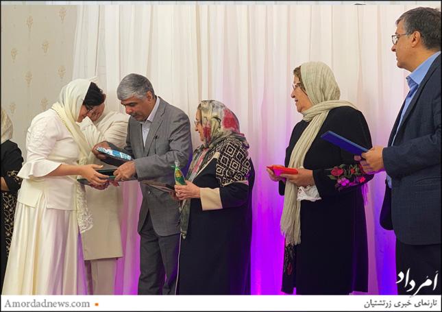نماینده زرتشتیان در مجلس، خانم خادم، انجمن زرتشتاین تهران، دبستان جمشیدجم یادبودهیی را به بهدینان پیشکش کردند