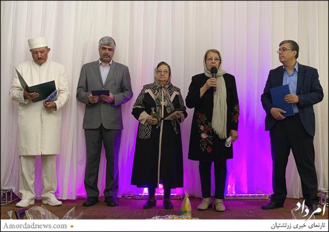از راست: افشین نمیرانیان، فرنشین انجمن زرتشتیان تهران، تاجگوهر خدادادکوچکی (خانم خادم)