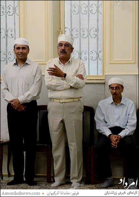 از راست ایستاده: موبد کورش نیکنام، هرمز خسرویانی روز ورهرام ایزد در نیایشگاه شاهورهرام ایزد